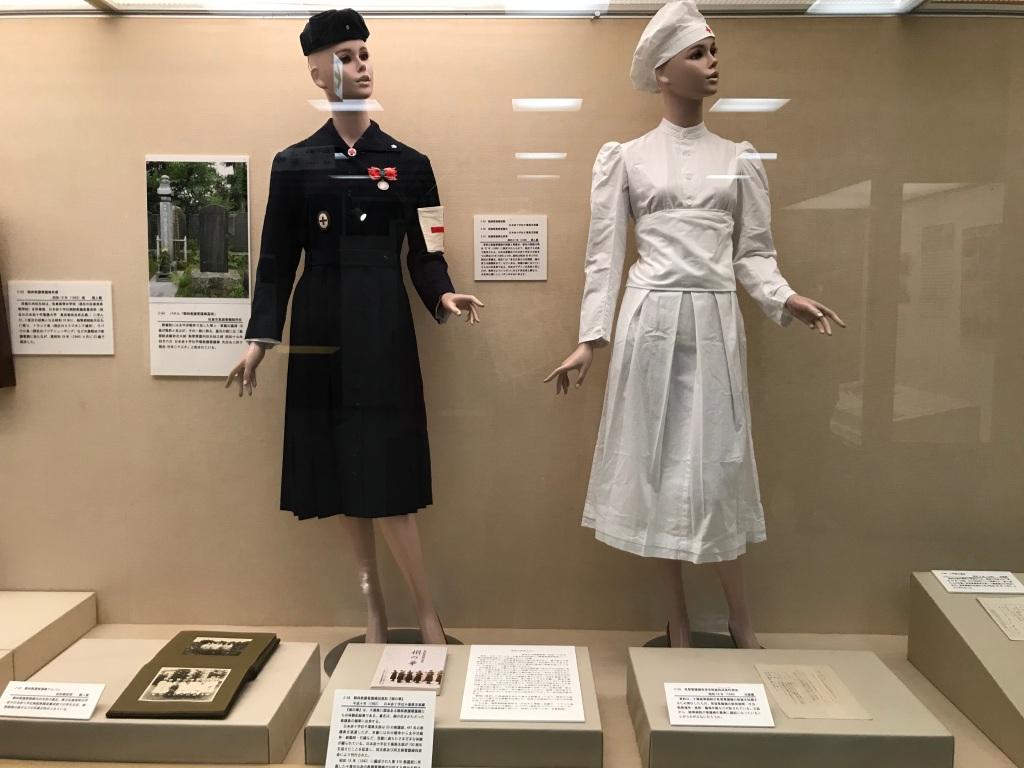 看護師制服 左 看護衣 右